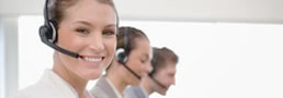 Smiling lady and colleagues provides information by phone - Link zu